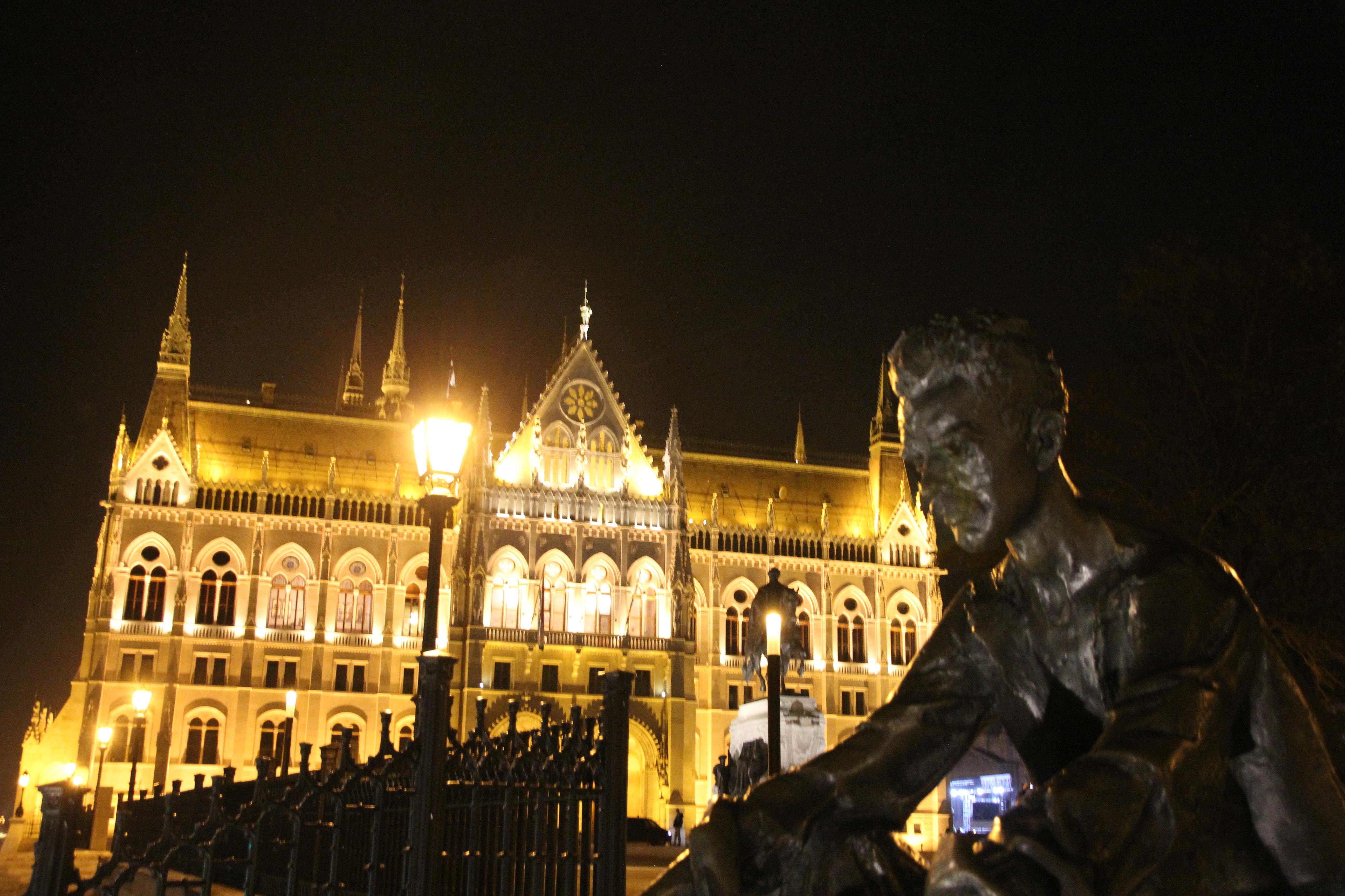 Budapest, Parlament, Blaue Stunde, Geheimtipps für Budapest, jozsef attila, an der Donau