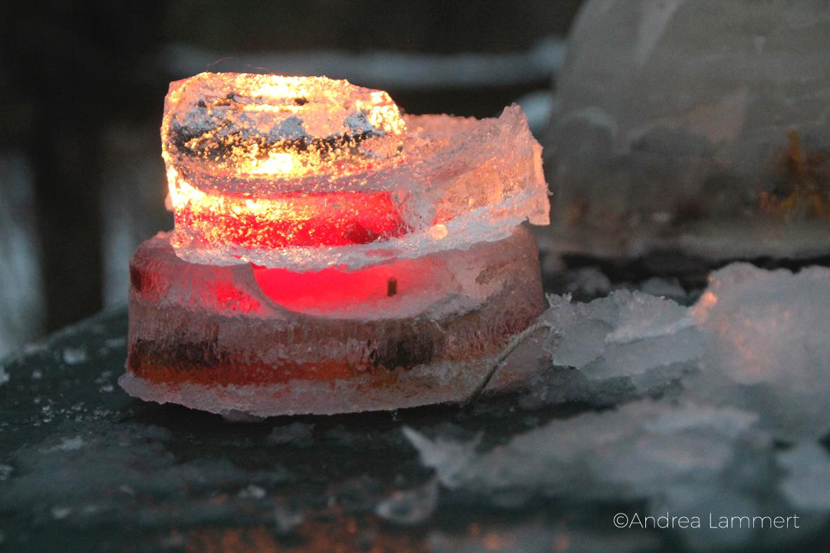 Eiskunst, Laternen aus Eis, Eislaternen, gefrorene Herzchen aus Eis, landart, Eislaterne