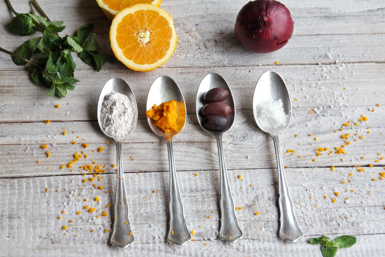 griechisches Olivenbrot, vegan, Zutaten auf Löffeln