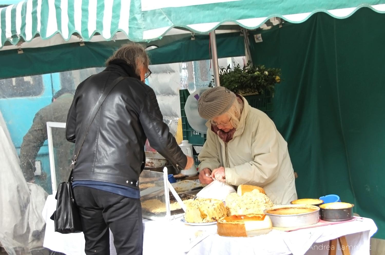 Hannover-Linden, Lindener Markt, Oma verkauft selbstgebackenen Kuchen