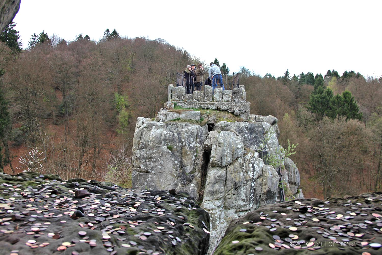 Externsteine, Teutoburger Wald, Bad Meinberg, Geldmünzen hingeworfen