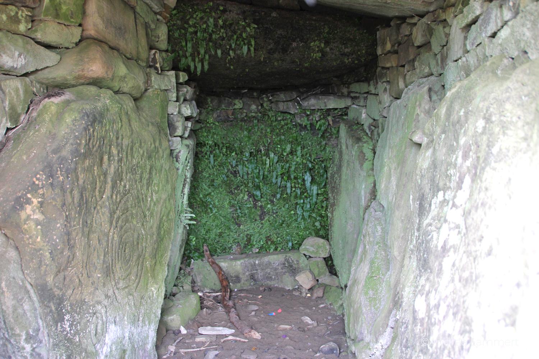 Irland, Kraftplatz Hills of Tara, Meath, Mound of Hostages von innen