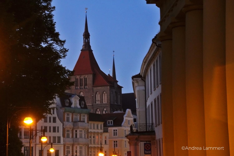 Rostock, Hansestadt, Abends: Blick auf die ;Marienkirche