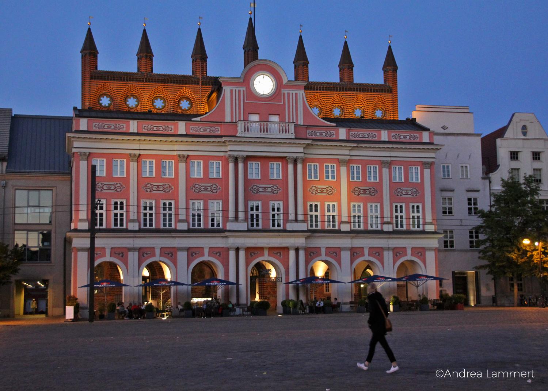 Hansestadt, Abends: Das schöne Rathaus Rostocks