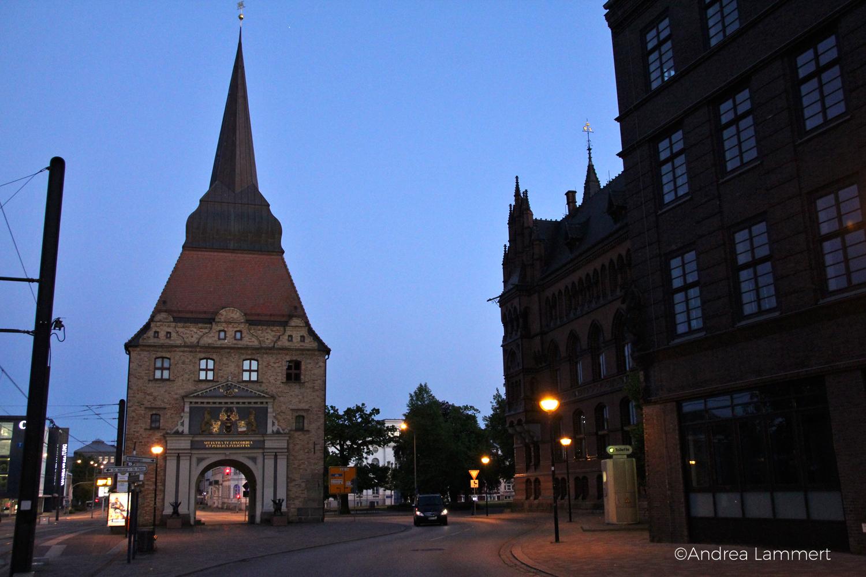 Hansestadt, Abends: Das Steintor von der Stadtseite aus