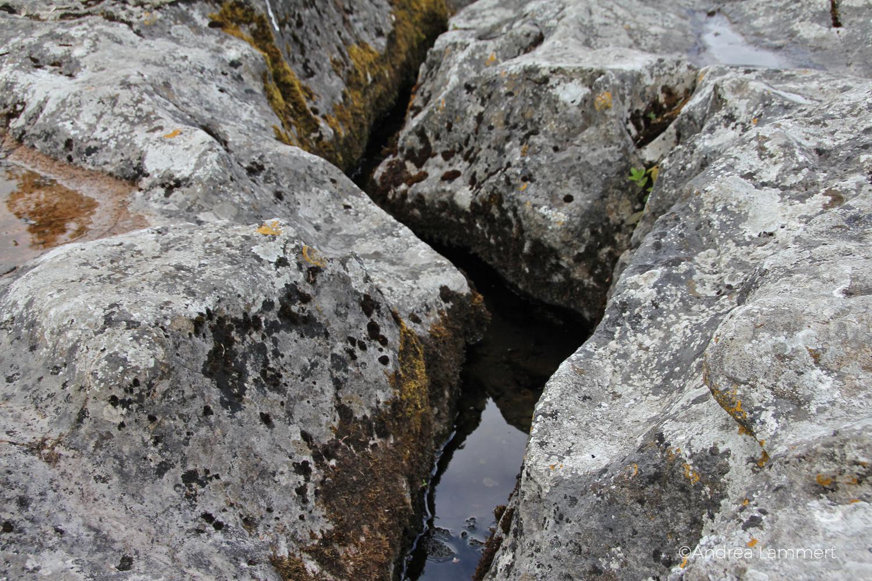 St. Ciaran's Well, Kells, Irland, Castlekeeran, Stein zum Liegen