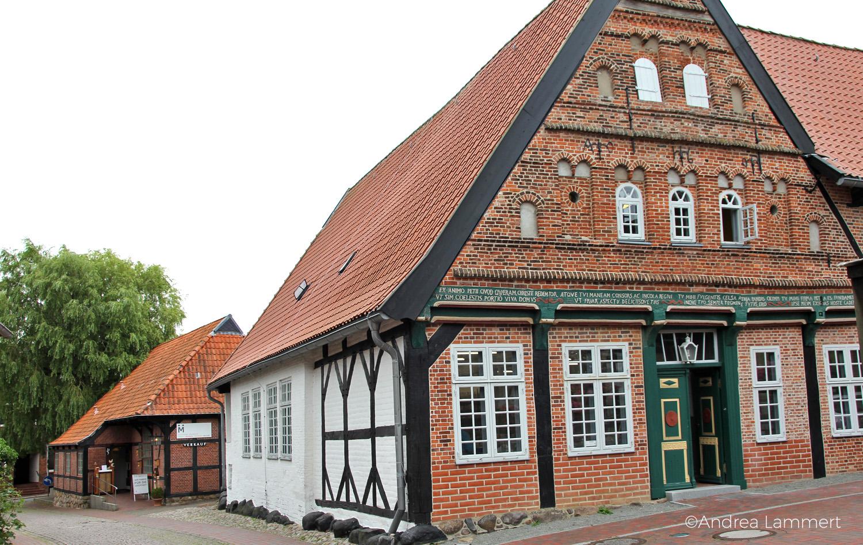 Dithmarschen: Altes Pastorat in Meldorf, Fachwerkhaus von der Stiftung Mensch genutzt als Werkstätten für Behinderte miz Weberei und Töpferei