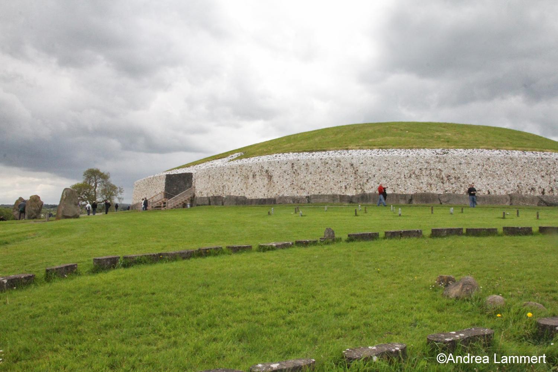Newgrange in Irland, wichtiger spiritueller Ort und Megalith, Treffpunkt zur Wintersonnenwende, zu sehen die äußere Anlage des Megalithen