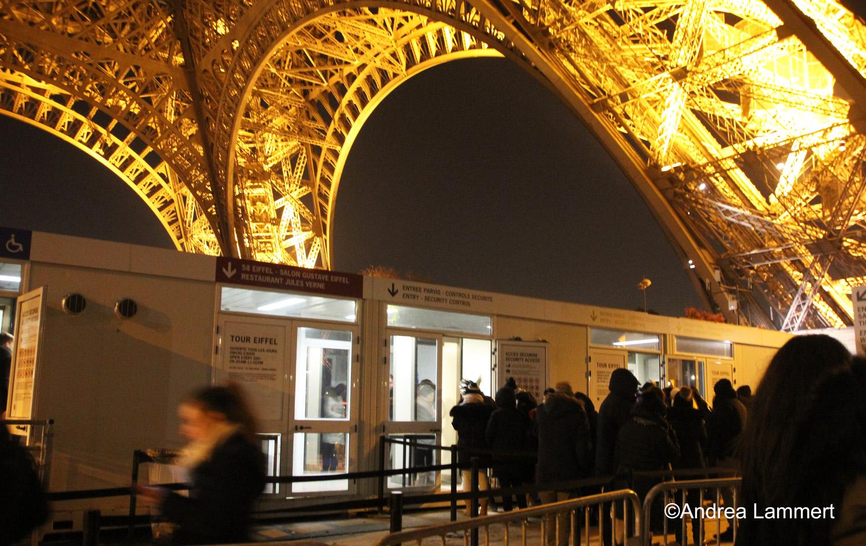 Paris unterm Eiffelturm mit Sicherheitsschleuse