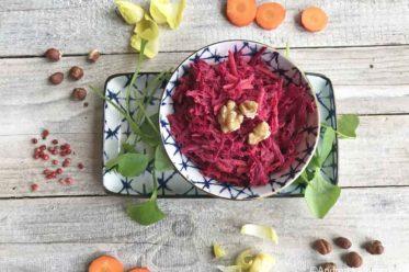 Rote Bete Salat, rih, ungekocht mit Äpfeln und Nüssen