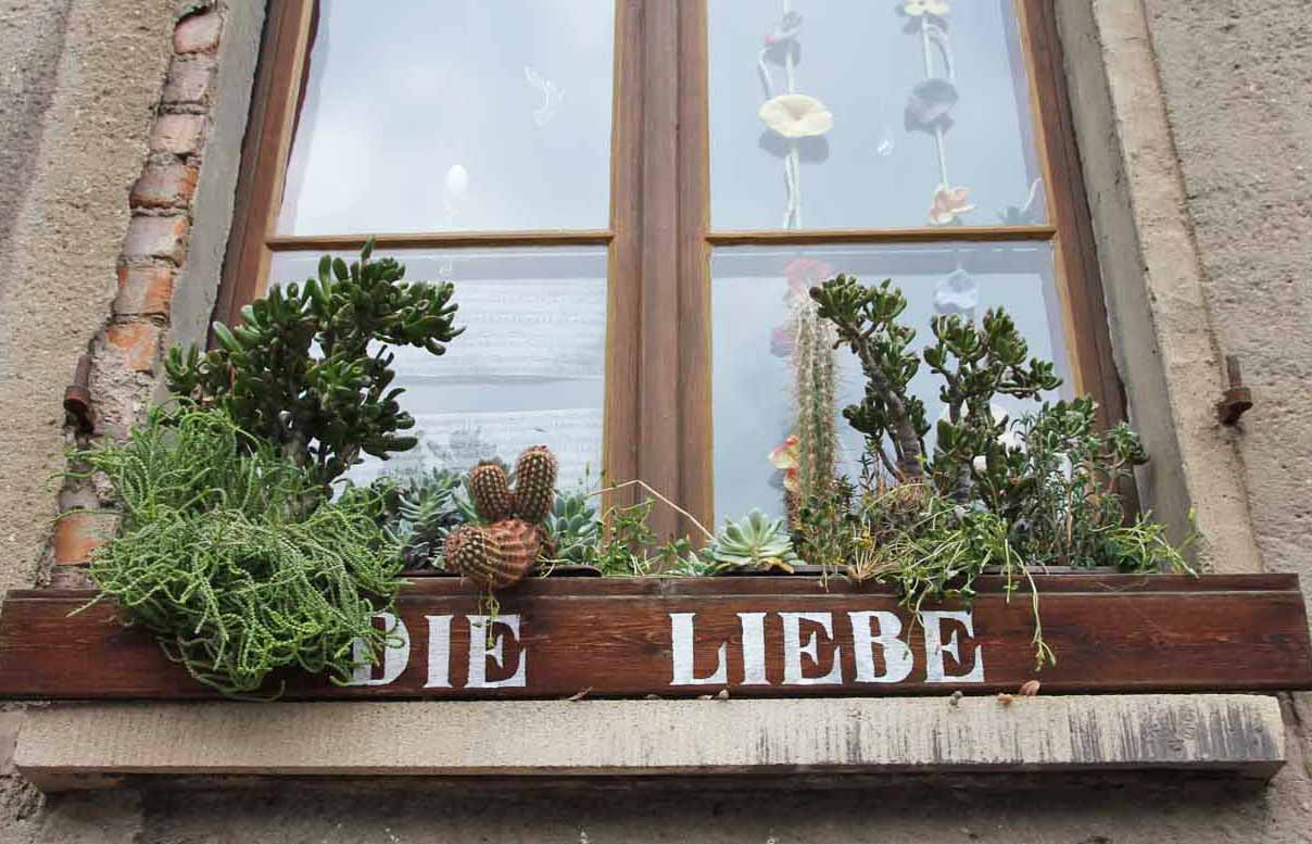 Meister Eckhart in Erfurt, Barfüsserstraße, Fassade: Immer ist die wichtigste Stunde