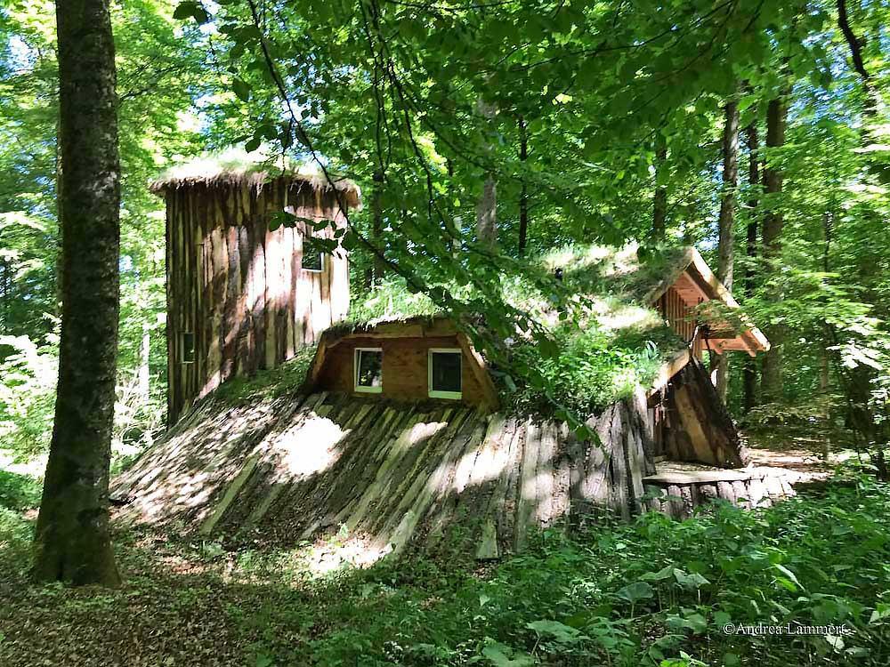 Outdoorzentrum Lahntal: Leben in Hobbithäusern als Ferienhütte zum MIeten, es gibt auch viele Aktivitäten wie Kanu und Bogenschießen