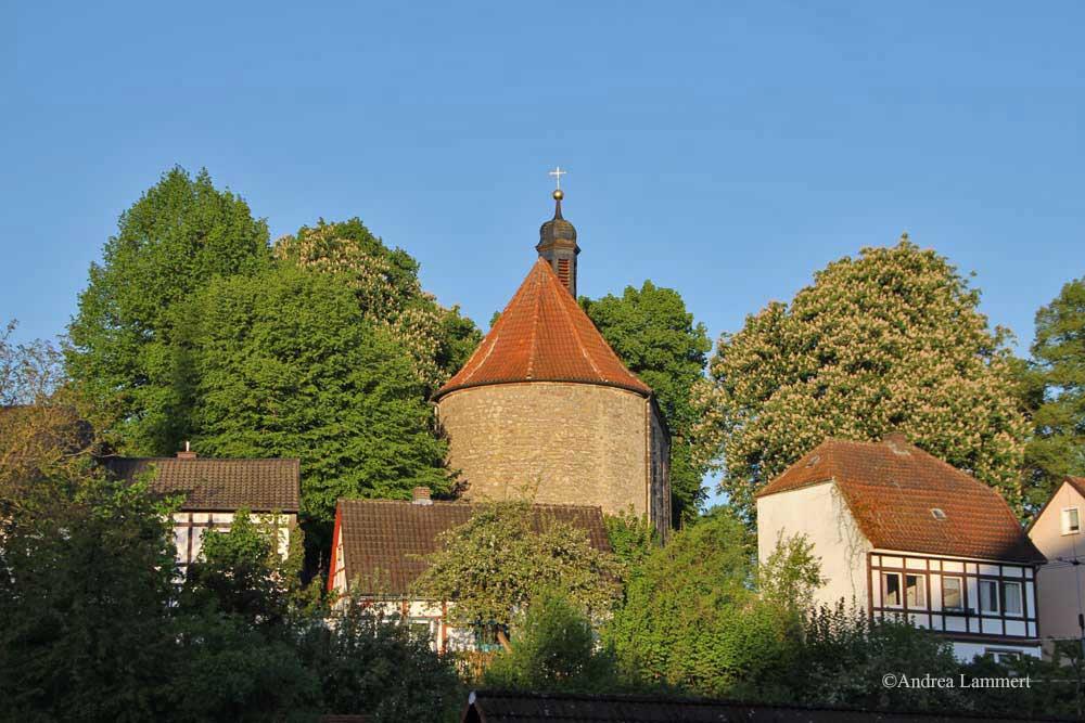 Im Dreiländereck zwischen Niedersachsen, Hessen und NRW liegt Warburg mit seinen 23 000 Einwohnern. Erstmals urkundlich erwähnt wurde der Ort 1010, Kennzeichen war die Burg auf dem Wartberg. Hier Erasmuskapelle