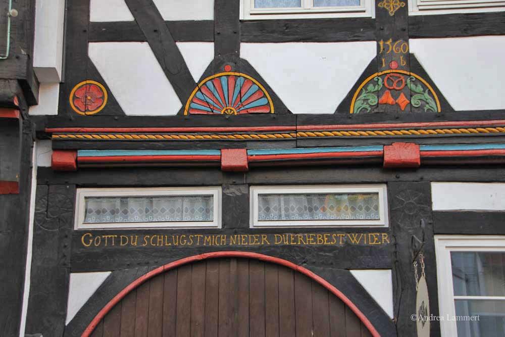 Im Dreiländereck zwischen Niedersachsen, Hessen und NRW liegt Warburg mit seinen 23 000 Einwohnern. Erstmals urkundlich erwähnt wurde der Ort 1010, Kennzeichen war die Burg auf dem Wartberg. Hier Fachwerk