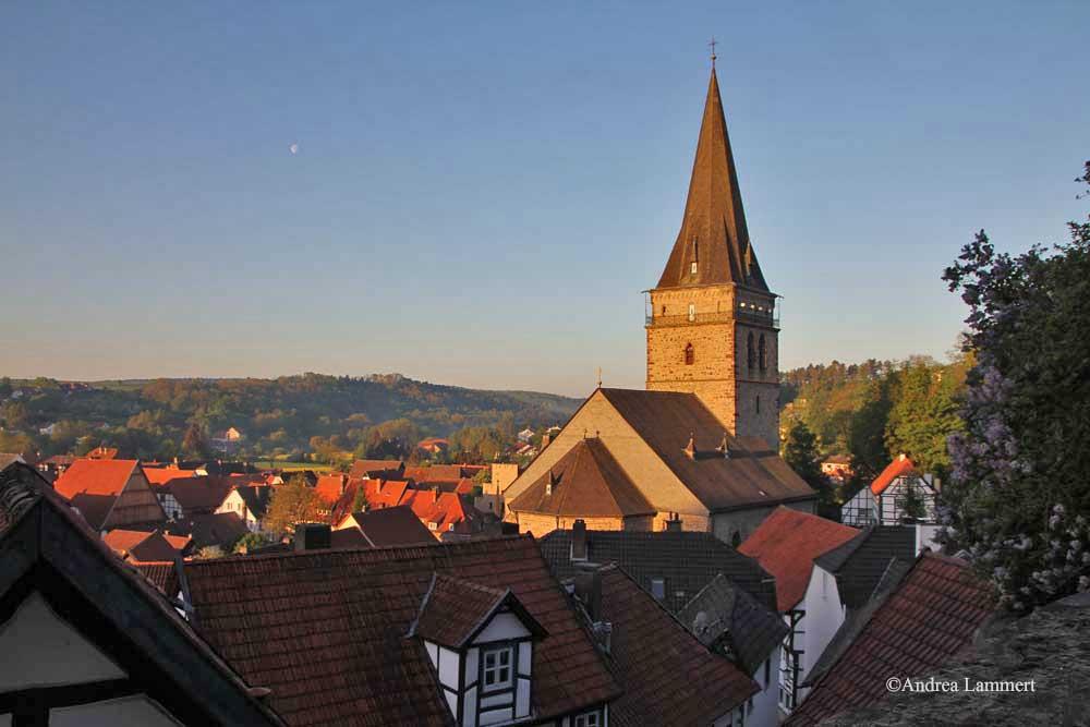 Im Dreiländereck zwischen Niedersachsen, Hessen und NRW liegt Warburg mit seinen 23 000 Einwohnern. Erstmals urkundlich erwähnt wurde der Ort 1010, Kennzeichen war die Burg auf dem Wartberg. Hier Marianum.
