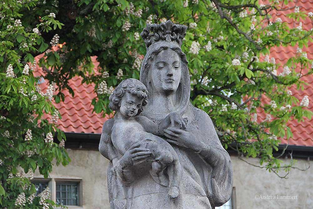 Im Dreiländereck zwischen Niedersachsen, Hessen und NRW liegt Warburg mit seinen 23 000 Einwohnern. Erstmals urkundlich erwähnt wurde der Ort 1010, Kennzeichen war die Burg auf dem Wartberg. Hier Maria