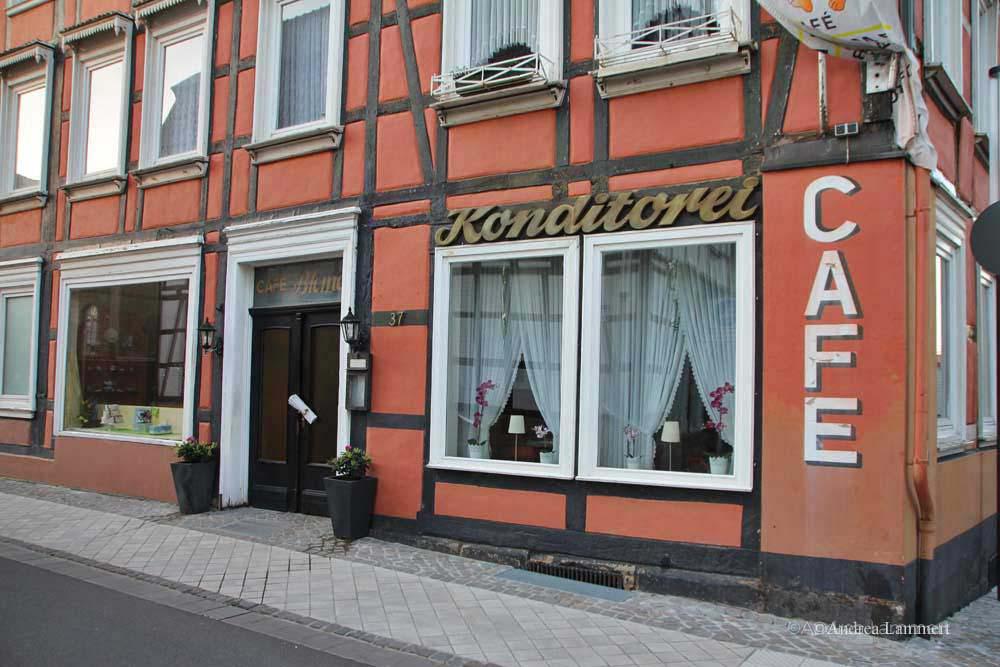 Im Dreiländereck zwischen Niedersachsen, Hessen und NRW liegt Warburg mit seinen 23 000 Einwohnern. Erstmals urkundlich erwähnt wurde der Ort 1010, Kennzeichen war die Burg auf dem Wartberg. Café Blome.