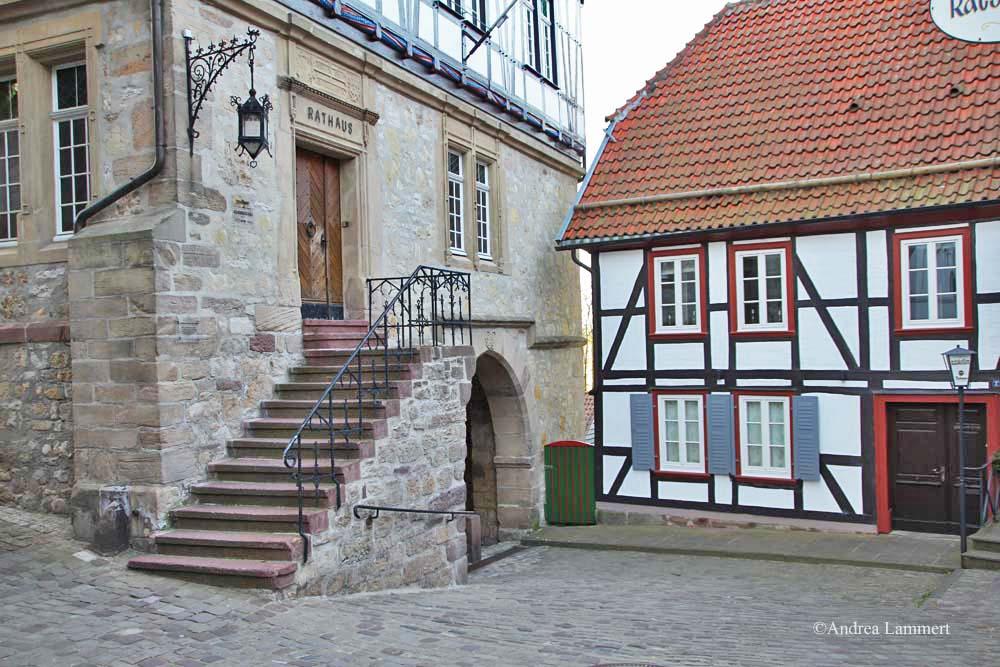 Im Dreiländereck zwischen Niedersachsen, Hessen und NRW liegt Warburg mit seinen 23 000 Einwohnern. Erstmals urkundlich erwähnt wurde der Ort 1010, Kennzeichen war die Burg auf dem Wartberg. Rathaus