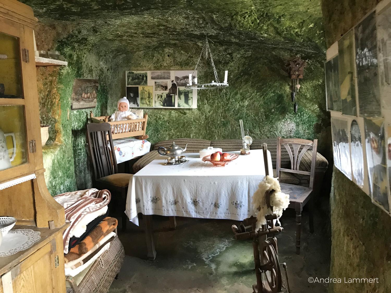 Höhlenwohnung im Harz/Langenstein, Führung durch die Wohnungen, hier Wohnzimmer