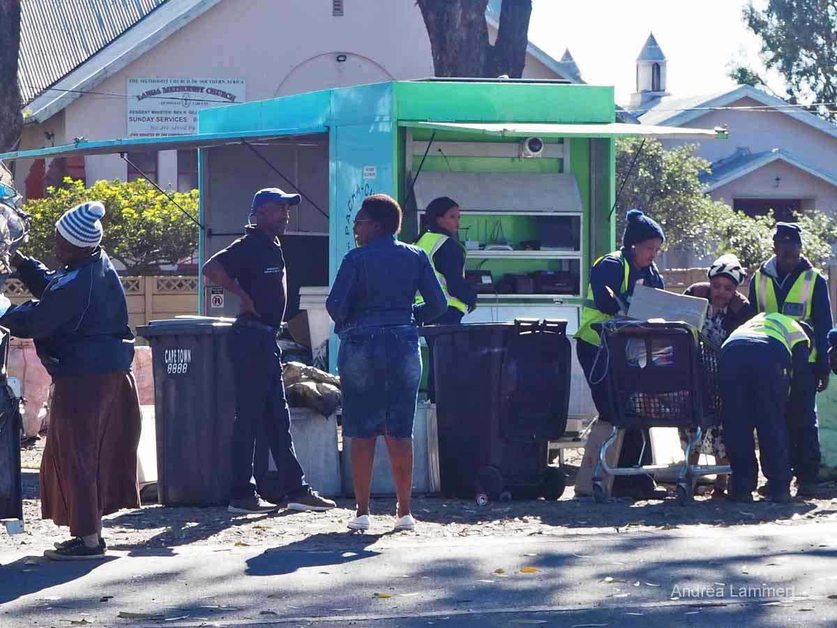 Lange, Frauen beim Müllsortieren im Township in Südafrika