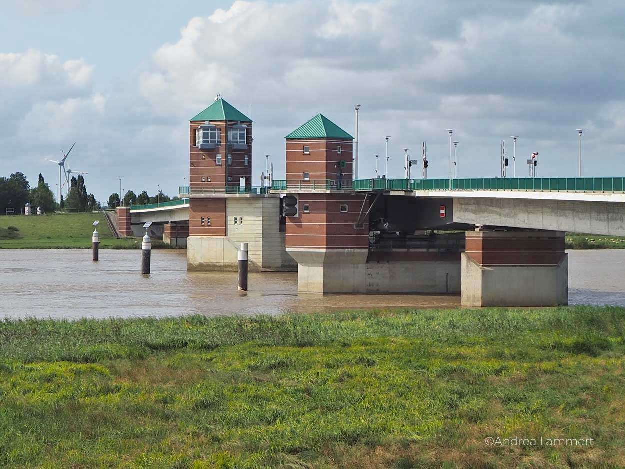 Jann-Berghaus-Brücke: Technisches Meisterwerk, sogar die Laternen werden mit hochgeklappt. gehört zu den Geheimtipps in der Stadt, Gehört zu den schönen Sachen, die man in Leer machen kann. Geheimtipps für die ostfriesische Stadt