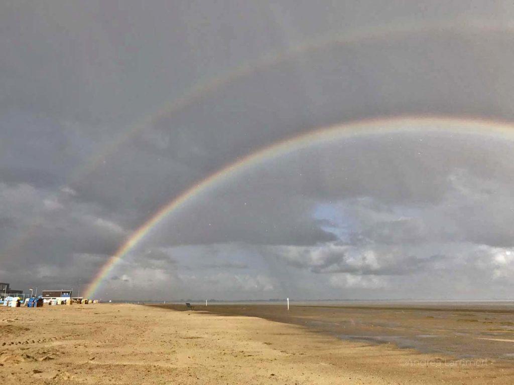 Dangast, Strand, Regenbogen. Zwielicht am Abend, nur Sonne, Licht und Watt, Nordseeküste, Nordsee. Warum ich die Nordsee liebe - Gründe für den Urlaub an der Nordsee, Nordseeinseln, einsame Inseln in der Nordsee,
