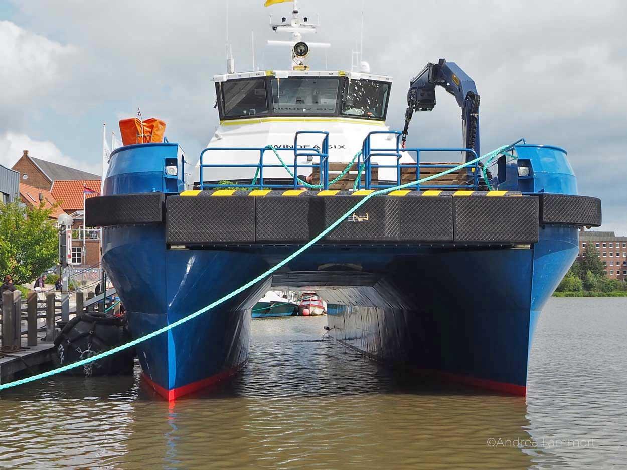 Ein großer Katamaran im Leeraner Hafen