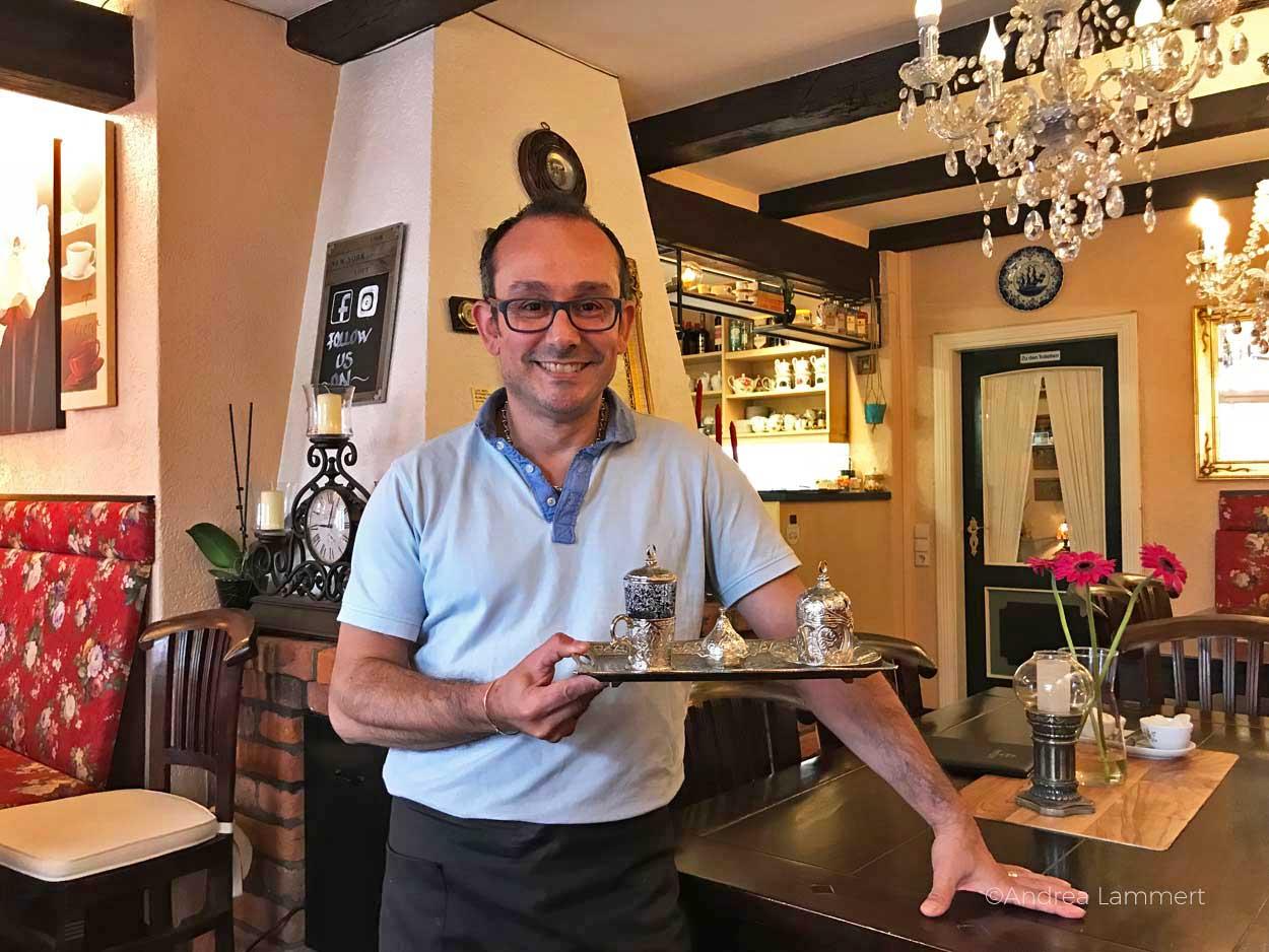 Jimmie präsentiert in seinem Altstadtcafé in Leer nicht nur ostfriesischen Tee, sondern auch türkischen Mokka.