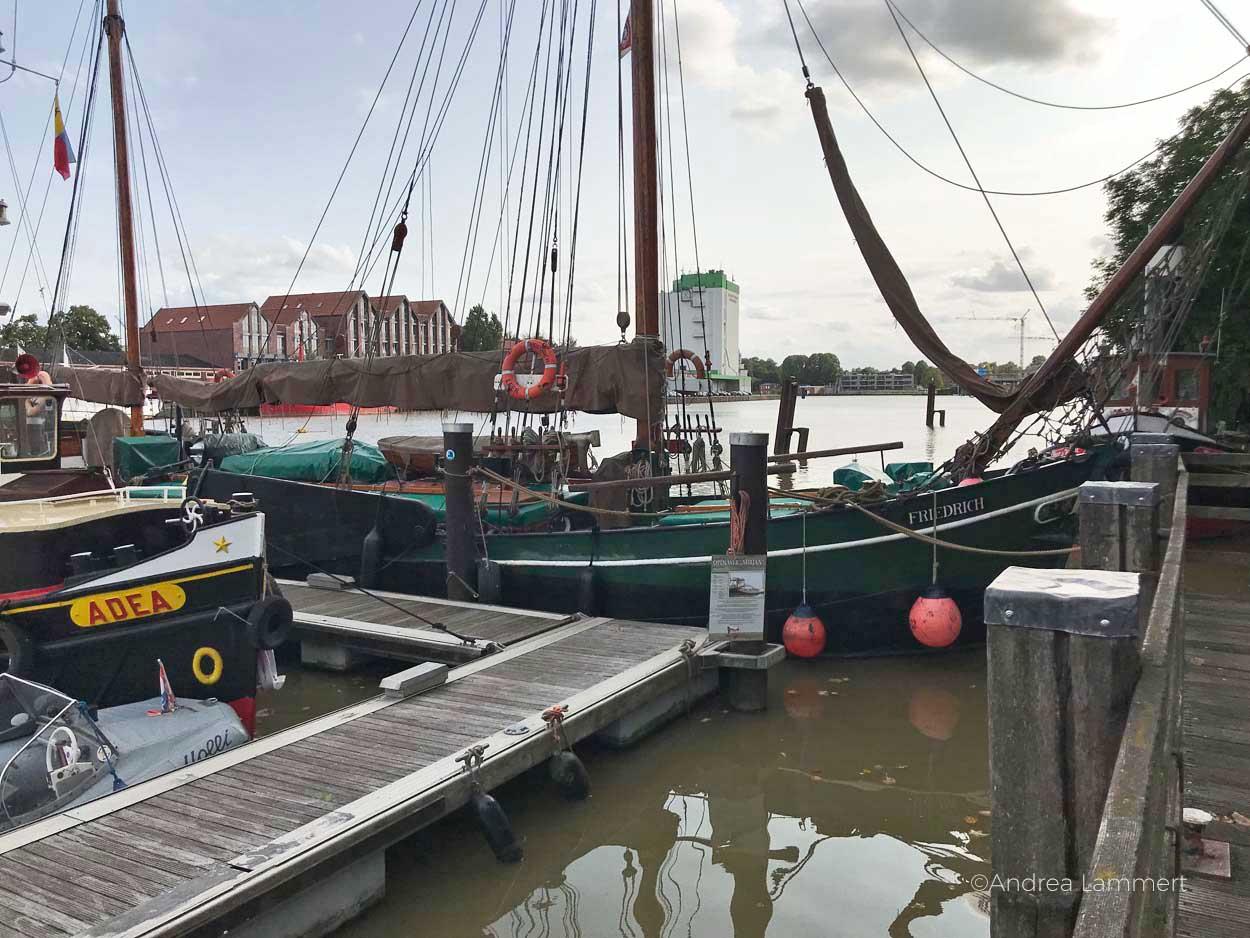 Bummel am Hafen in Leeer mit alten Schiffen, Gehört zu den schönen Sachen, die man in Leer machen kann. Geheimtipps für die ostfriesische Stadt