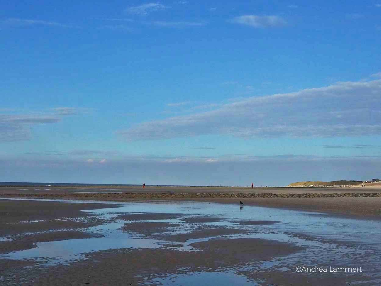 Strand, Regenbogen. Zwielicht am Abend, nur Sonne, Licht und Watt, Nordseeküste, Nordsee. Warum ich die Nordsee liebe - Gründe für den Urlaub an der Nordsee, Nordseeinseln, einsame Inseln in der Nordsee,