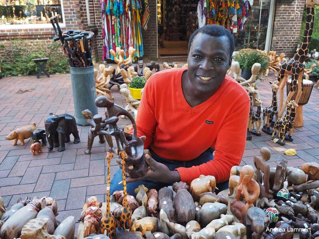 Taschen, Masken und mehr gibt es bei Simon im Afrikashop in Greetsiel. Es ist der größte afrikanische Laden Deutschlands.