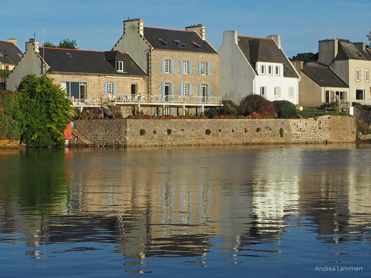 Lanildut ist Algenhauptstadt Europas, dort werden pro Jahr 35.000 Tonnen Algen verladen. Im Ort gibt es ein kleines Algenmuseum.