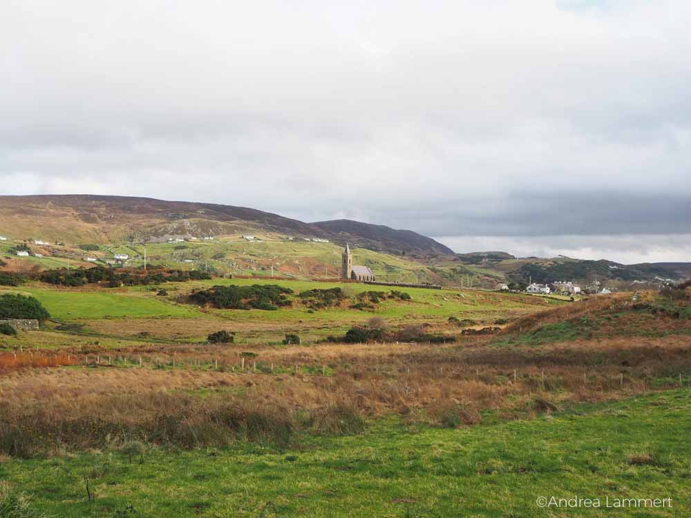Wandern in Glencolumbkille, Donegal, Irland, Pilgern auf dem 15-Stationen-Weg zum heiligen Brunnen,