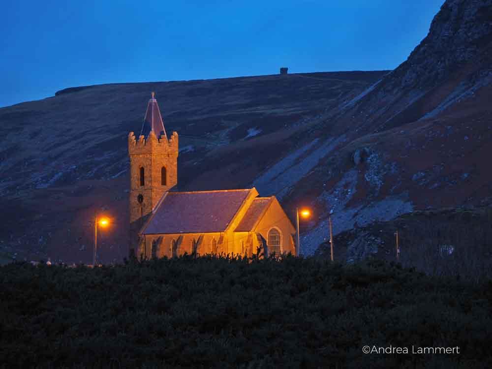 Wandern in Glencolumbkille, Donegal, Irland, Pilgern auf dem 15-Stationen-Weg zum heiligen Brunnen, Die Kirche St. Columba's Church of Ireland in Glencolumbkille