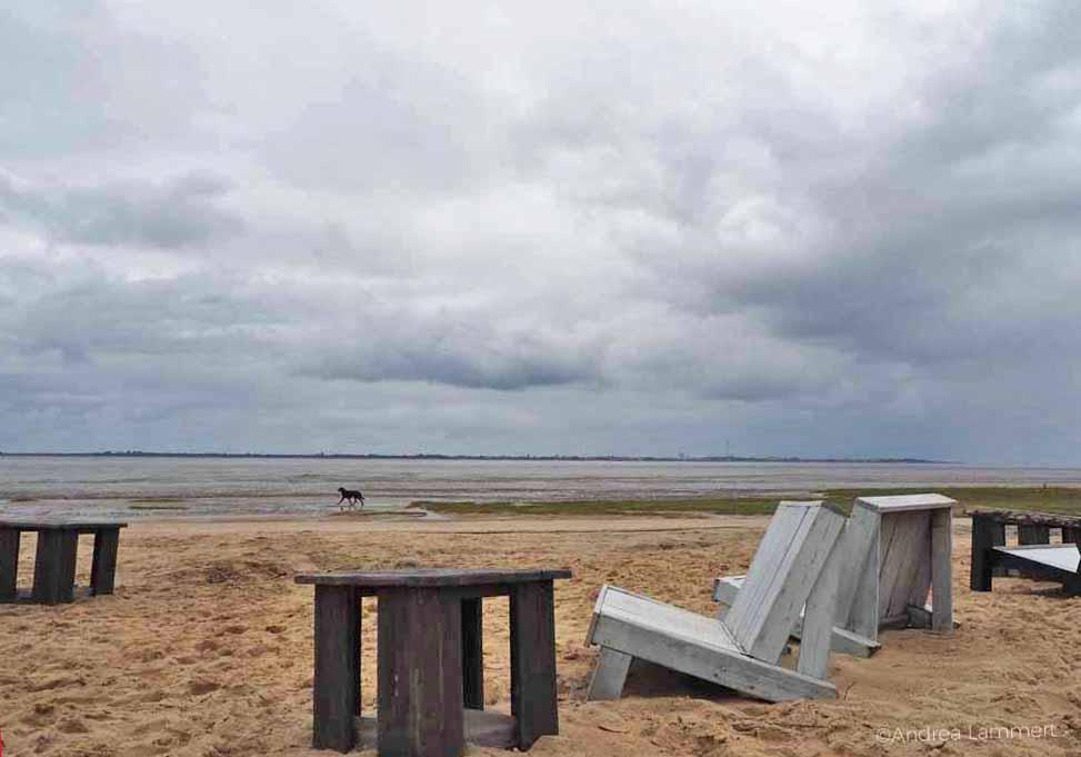 Schwere Möbel der Beachbar