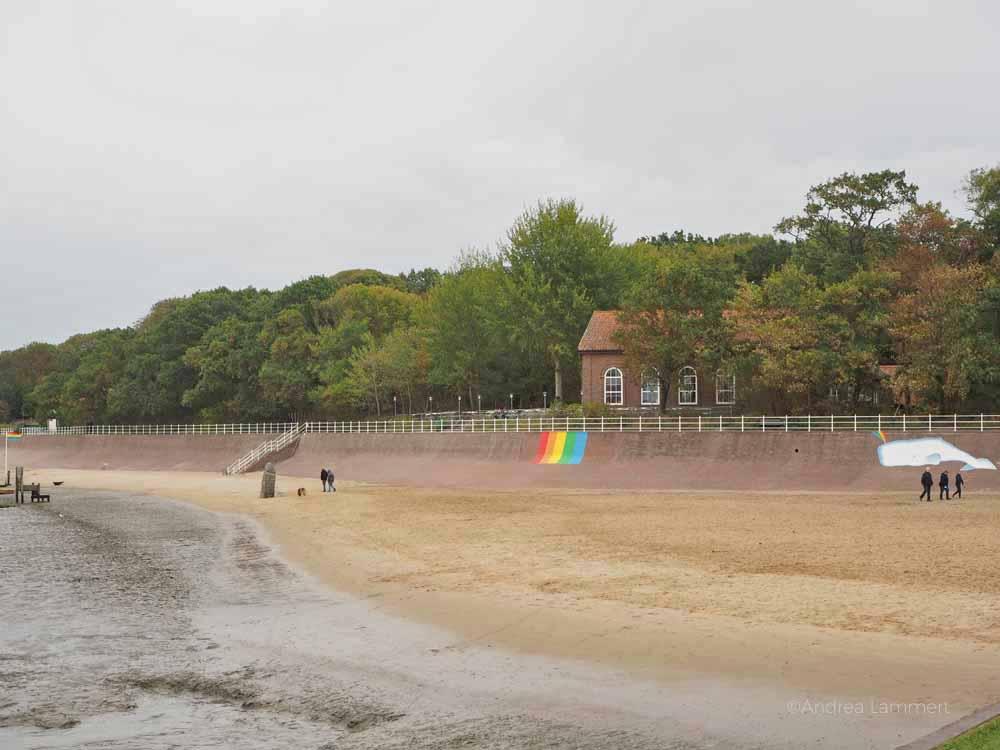 Versteckt liegt das Kurhaus direkt am Sandstrand