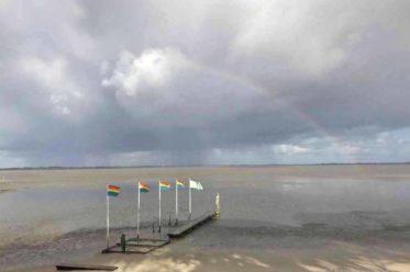 Die bunten Fahnen am Strand des Kurhauses, hier ist alles irgendwie Kunst