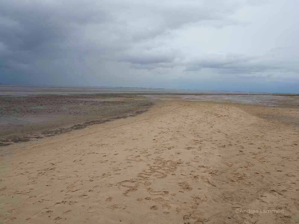 Strand von Dangast bei Ebbe. Wann ist das Wasser bloß da? Sandstrand an der niedersächsischen Nordseeküste