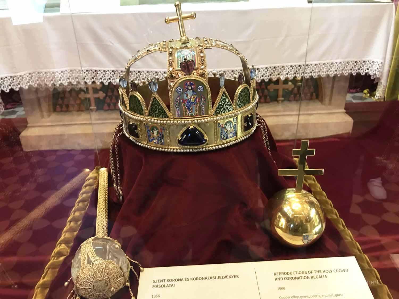 Die königliche Krone, als Replik in der Matthiaskirche, Budapest mit Kindern