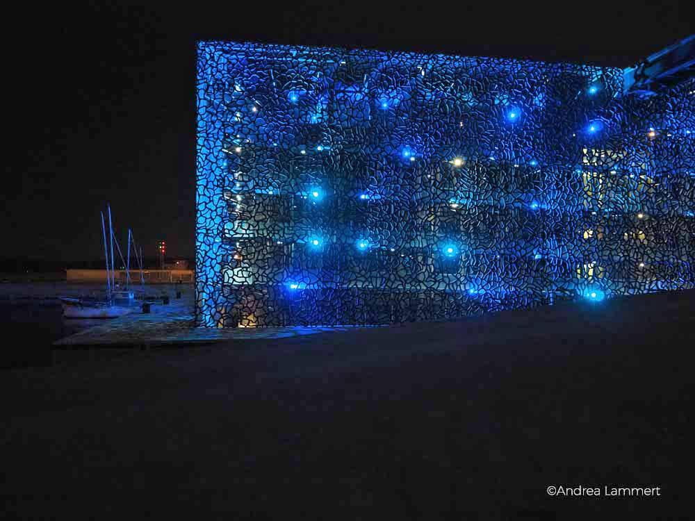 Das Museum MUCEM wird hübsch blau beleuchtet und siehz trotz seiner Fläche sehr filigran aus. Marseille Tipps