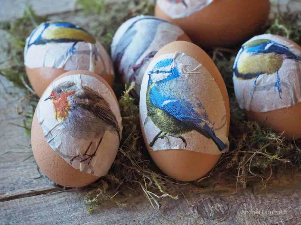 Ostereier mit selbstgemachten Stickern aus Servietten beklebten, Alternative zum Ostereierfärben , Last Minute Ostereier