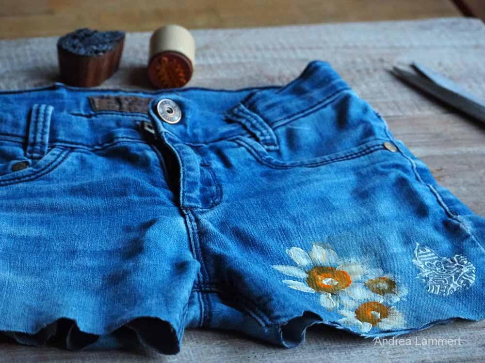 Praktisch, schnell und schön: Jeans einfach abschneiden und anmalen - fertig ist der Hippie-Stil. Upcycling KLeidung, Kledung Uccycling DIY, Anleitung, Tipps