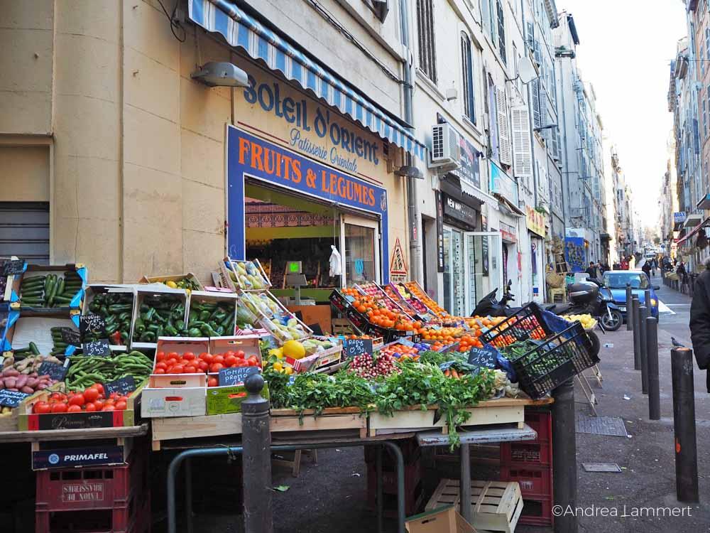 Obsthändler im arabischen Viertel von Marseille.