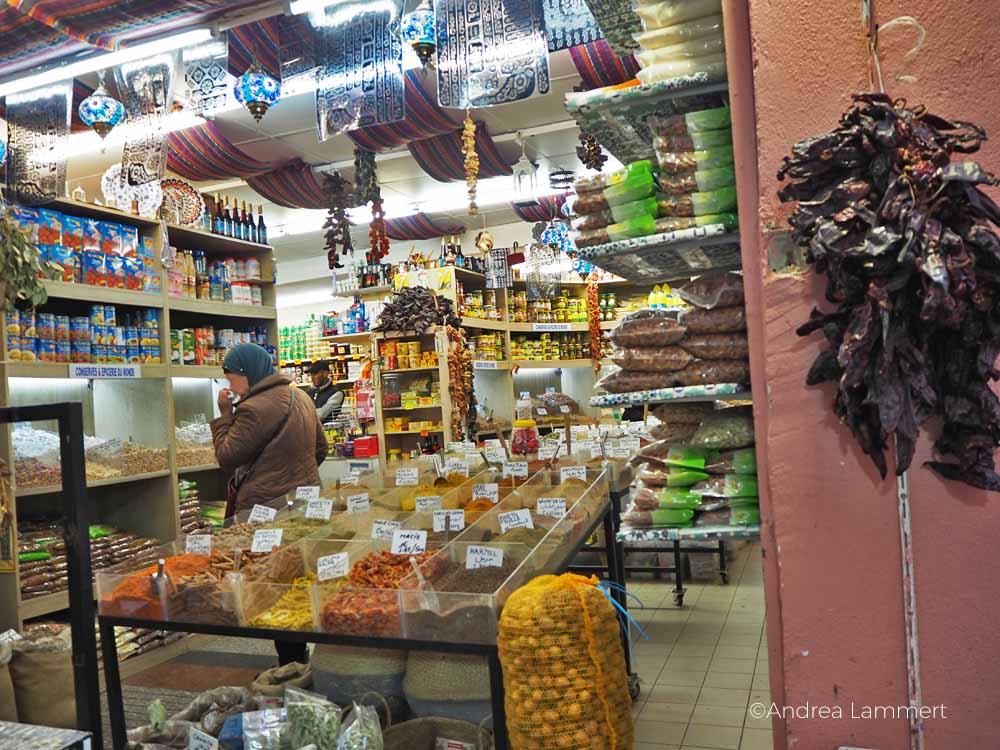 Herrliches Mischmasch aus Gewürzen, Obst und Trockenfrüchten, ein typischer Laden im arabischen Viertel von Marseille.