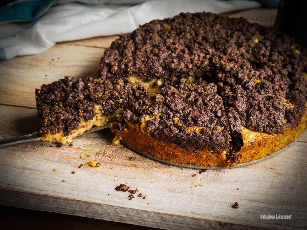 Ein veganer Kuchen in der Springform Streuselkuchen mit Schokohaube