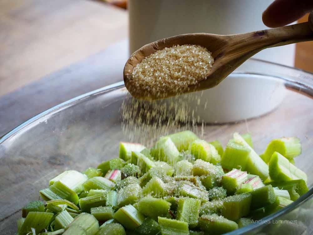 Rharbarber-Crumble lecker, Rezept mit Haferflocken und Mandeln, vegan