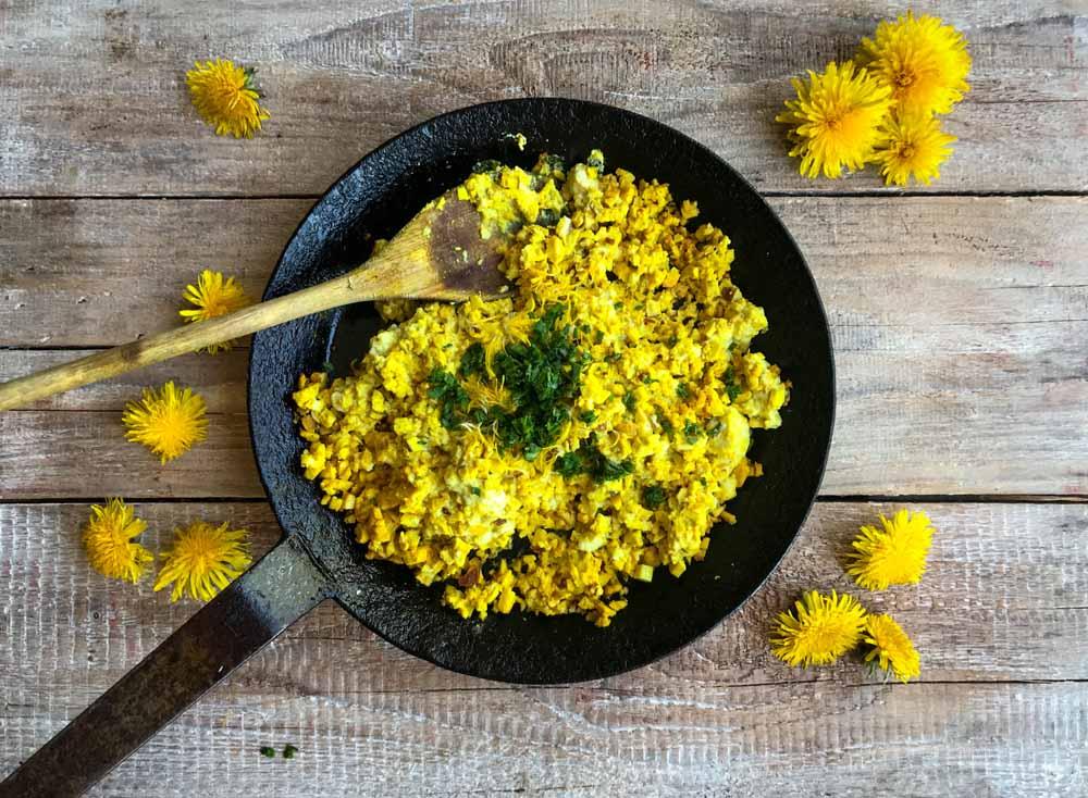 Rührtofu, das vegane Rührei, schmeckt gut mit Löwenzahnblüten