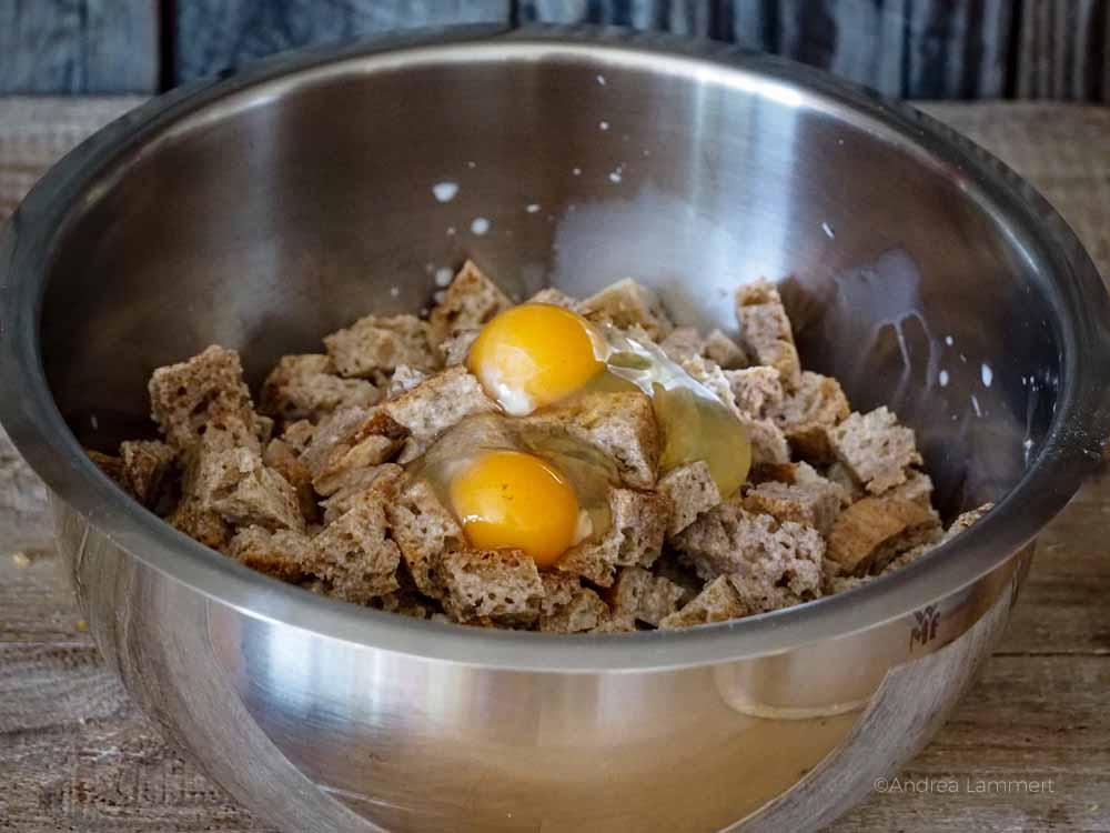 Eier und Brotwürfel in einer EDelstahlschüssel