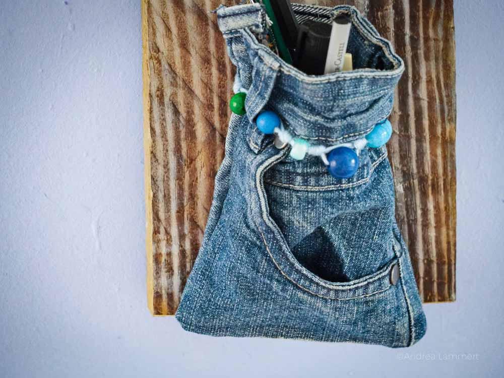 Stiftehalter Design selbst gemacht aus alten Jeans und einer Palette