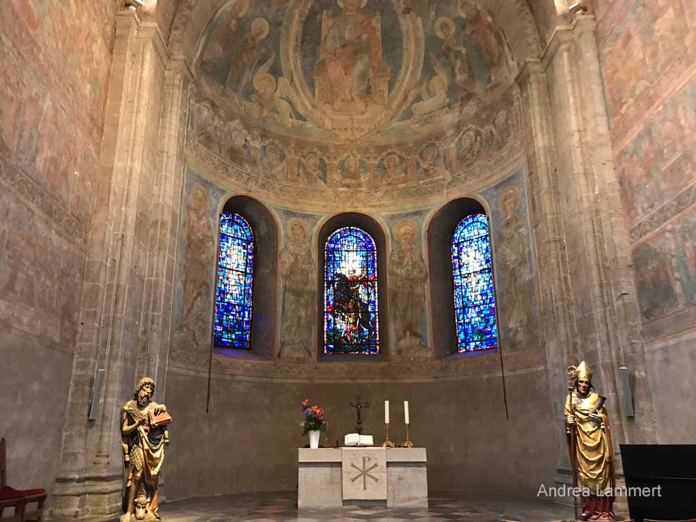 Der Altarbereich im Braunschweiger Dom mit seinen Fresken.